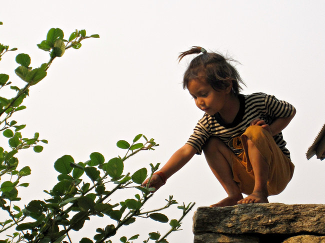 Banner_young_nepali_girl_volunteer_teaching